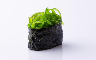 Суші- гункан з маринованими водоростями