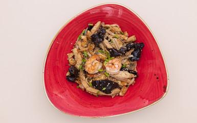 Рисовая лапша с куриным филе и креветками