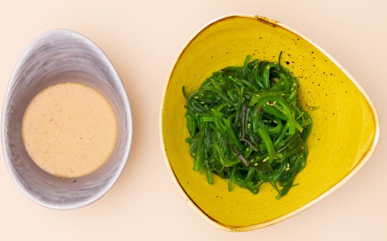 Салат Хіяші  з горіховим соусом