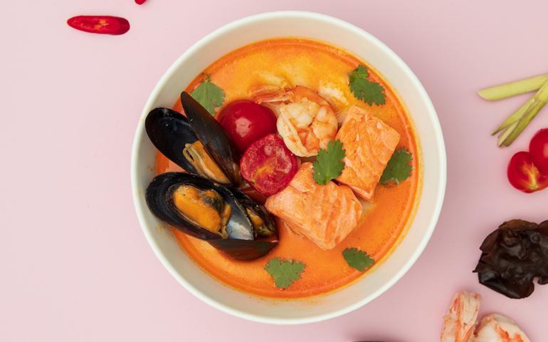 Суп Том Ям з лососем та  креветками  – Bamboo