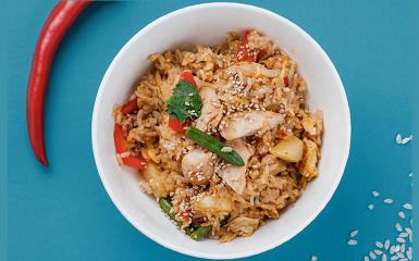 Жареный рис с куриным филе