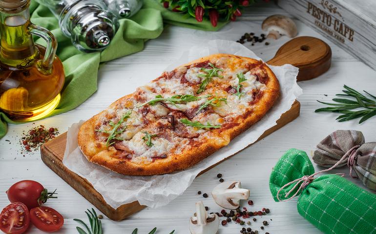 Solo піца 4 м`яса з пікантним томатним соусом – Pesto Cafe