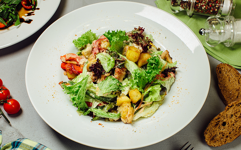 Теплий салат з телятиною – Pesto Cafe