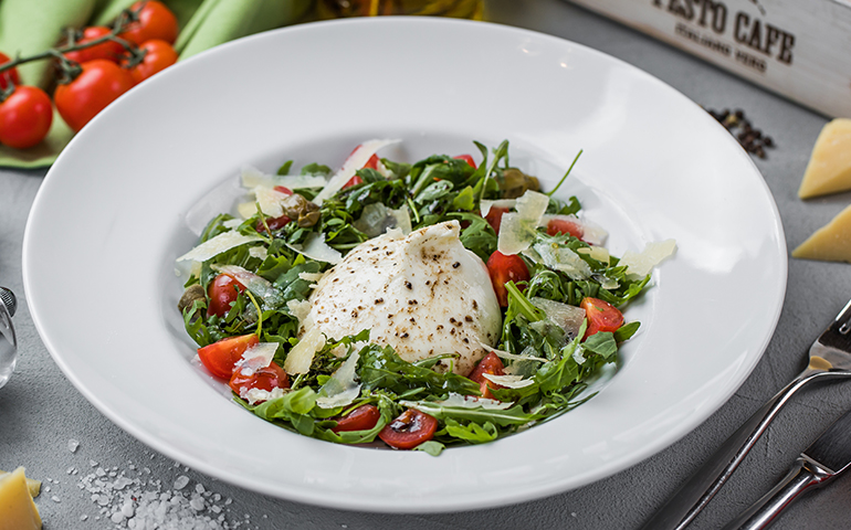 Салат з сиром Бурата та руколою  – Pesto Cafe