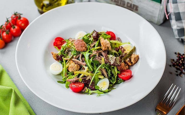 Салат з язиком і руколою – Pesto Cafe