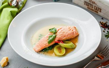 Паровой лосось в имбирно-чесночном соусе