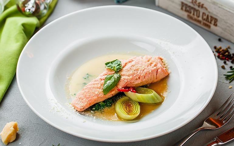 Паровий лосось в імбирно-часниковому соусі  – Pesto Cafe