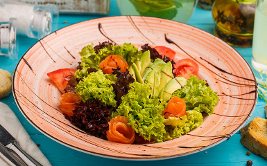Салат з лососем та авокадо